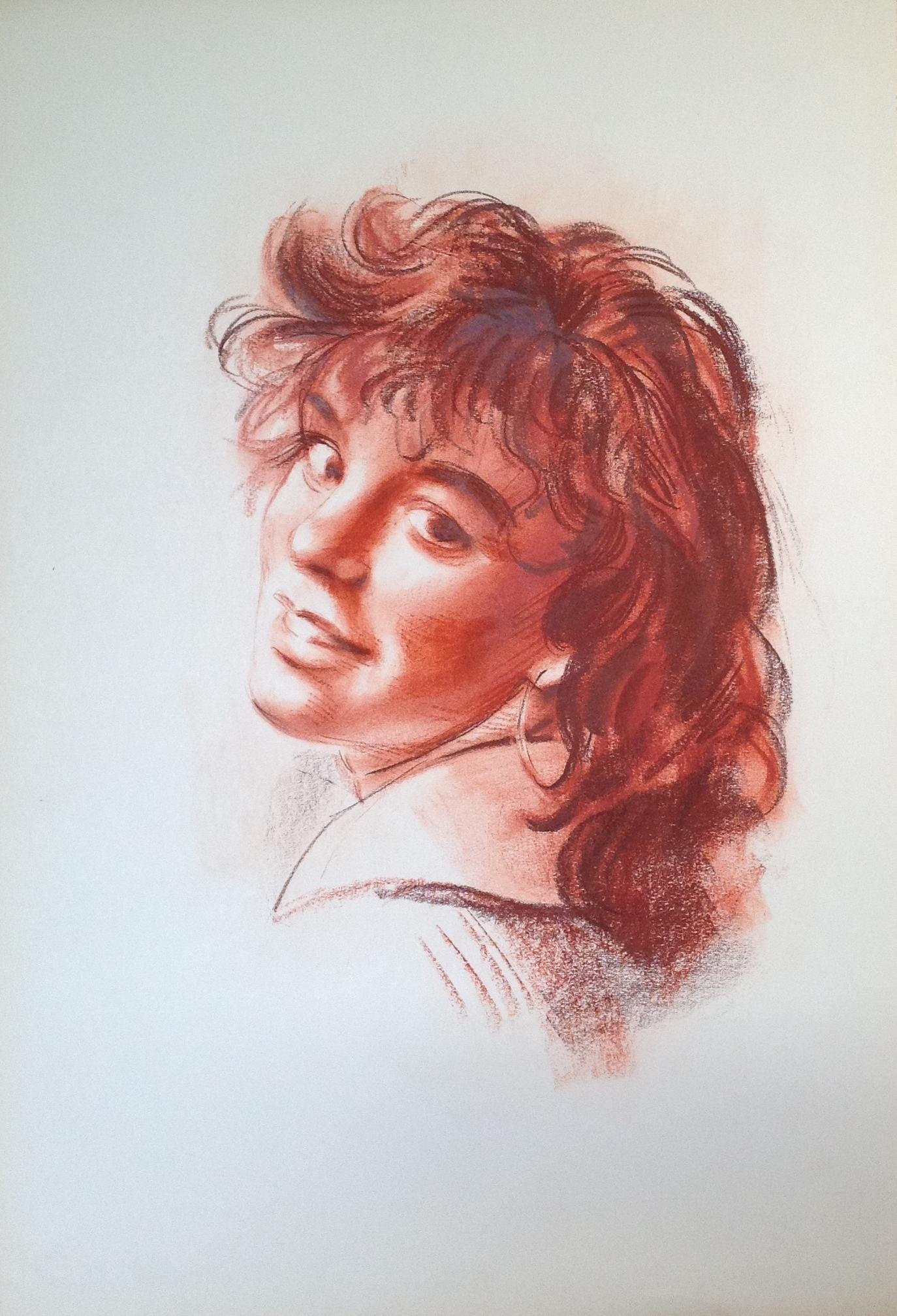 Romantica ritratto di giovane donna sorridente con orecchino di Gigi Busato disegno a sanguigna/seppia su carta collezione di famiglia