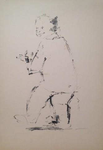 Clown di Gigi Busato, pagliaccio di spalle sorridente con una piantina in mano. Disegno su carta bianco e nero, collezione di famiglia.