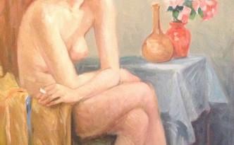 Vicino le rose di Gigi Busato. Donna che posa nuda seduta su una sedia vicino ad un vaso di rose rosa. Pittura olio su tela. Collezione di famiglia