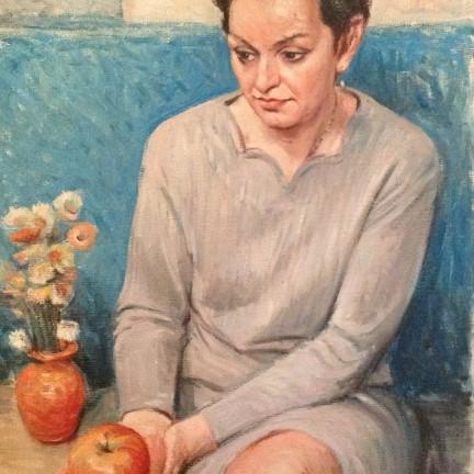 Morda la mela di Gigi Busato. Pittura olio su tela, donna seduta con una mela in mano vicino a dei fiori. Collezione di famiglia.